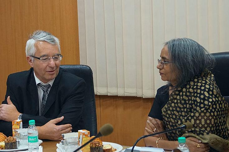 Landespolizeipräsident Wilhelm Schmidbauer im Gespräch mit Polizeipräsidentin Neelamani Raju