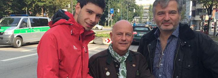Maximilin Förster und Thomas Kießling mit Gottfried Schlicht (Mitte) vom Polizeipräsidium München