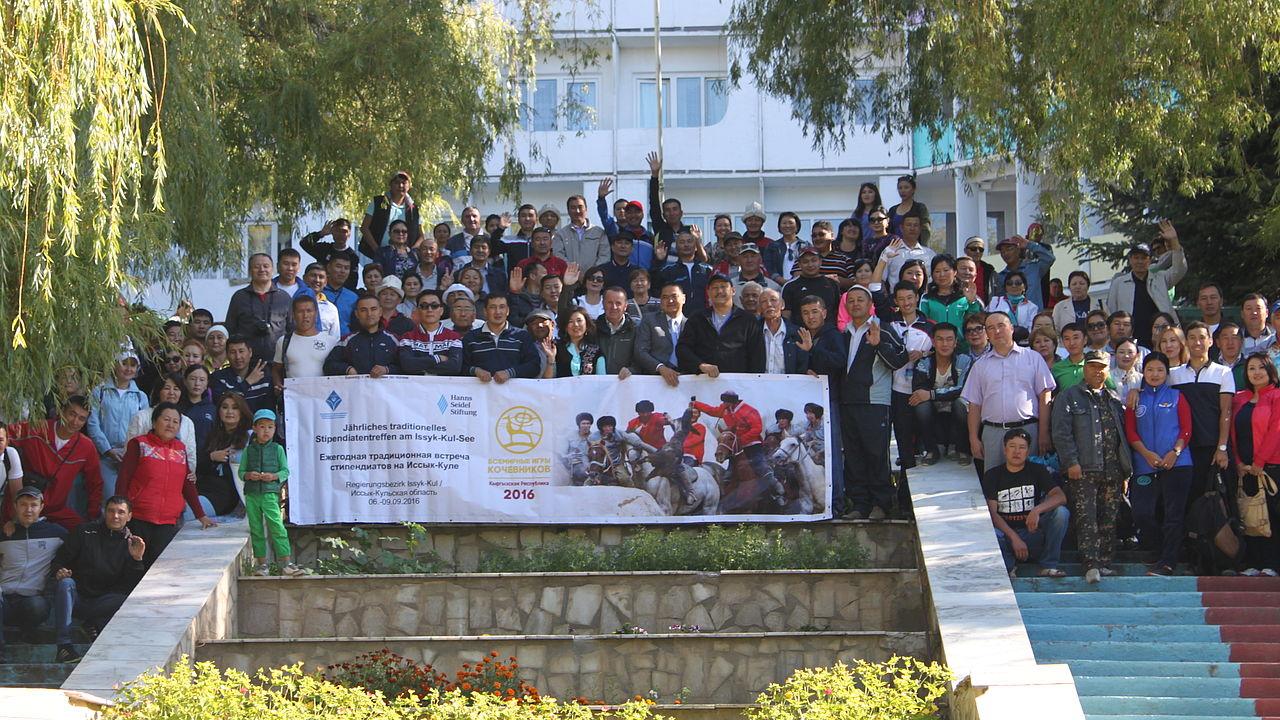 Gruppe der Stipendiaten der HSS auf einer Tribüne