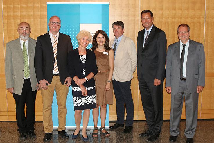 Die Pannelisten mit Frau Bodernsteiner und Frau Schmid von der Hanns-Seidel-Stiftung mit Hauptgeschäftsführer Witterauf vor einer HSS-Stellwand