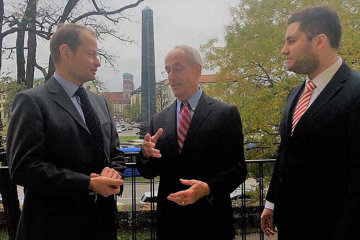 Drei Männer vor einem Obelisken im Gespräch. Herr Rainie in der Mitte erklärt offenbar gerade etwas.