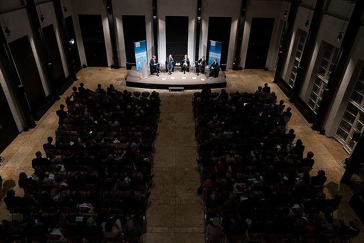 Im Kern der Debatte geht es um die Frage, wie Deutschland seiner Verantwortung nachkommen und einen wirkungsvollen Beitrag zu Sicherheit und Entwicklung in der Welt liefern kann.