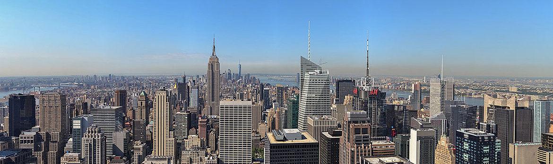 Dutzende Wolkenkratzer in Manhattan. Der Fotograf ist mit den obersten Stockwerken auf einer Höhe.