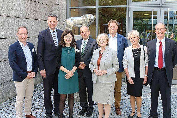 Gruppe der oben Genannten vor der Löwenstatue vor dem Konferenzzentrum der Hanns-Seidel-Stiftung