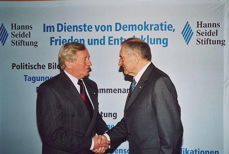 Am 11. Februar 2004 wird Hans Zehetmair als Nachfolger von Alfred Bayer zum Vorsitzenden gewählt