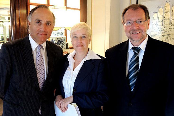 Teodoro Ribera, ein ehemaliger Stipendiat der HSS und Staatsminister a.D.,blickt zusammen mit Susanne Luther und Peter Witterauf in die Kamera