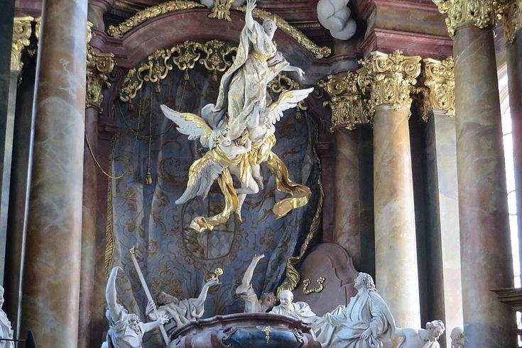 Maria wird in den Himmel entrückt: Altarbauer Egid Quirin Asam ist berühmt für seine opulenten Darstellungen von Szenen aus der Bibel und der Kirchengeschichte.