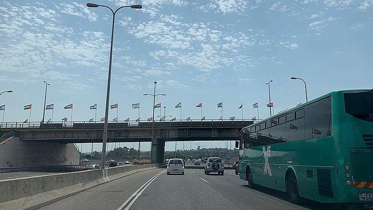 Ein noch ungewohnter Anblick: Die Flagge der Vereinigten Arabischen Emirate (VAE) und die israelische Nationalflagge nebeneinander.