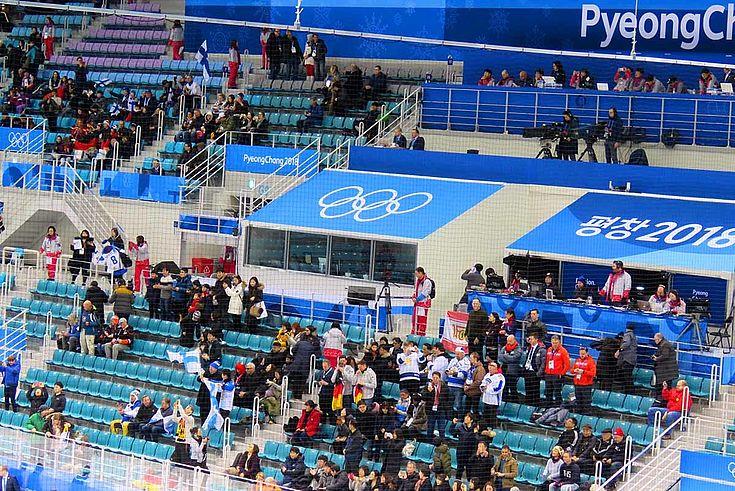 Zufriedene Fans, aber nur halbleere Ränge - eine Folge der Politik des IOC und Südkoreas bei der Kartenvergabe.