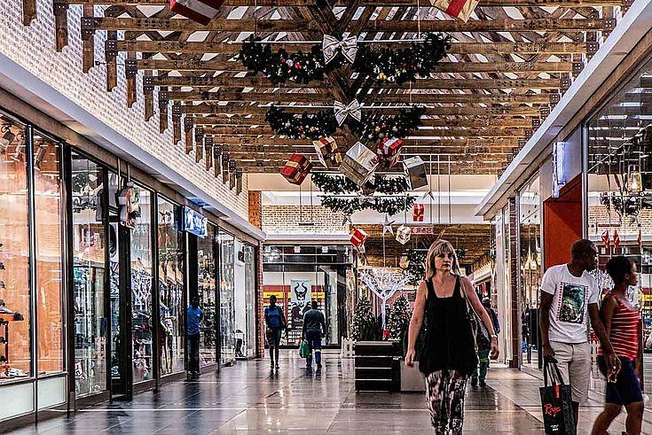 Ein Einkaufszentrum mit bummelnden Shoppern