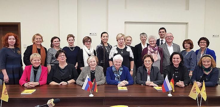 Die Delegierten an einem Konferenztisch.
