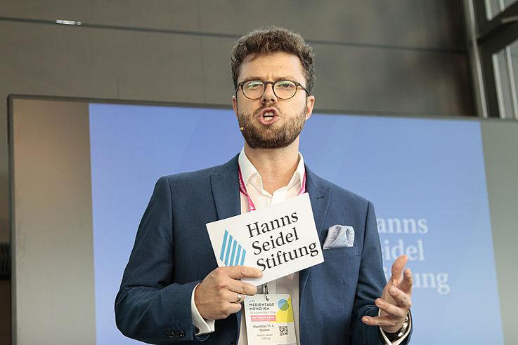 """""""Medienvielfalt garantiert die Demokratie"""", sagt Maximilian Rückert, HSS, Referat für Digitalisierung und Politik, Medien."""