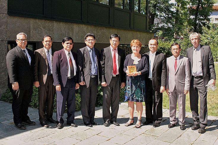 Gäste aus Laos informieren sich über kommunale Finanzierungsfragen bei der Bürgermeisterin von Krailling, Christine Borst