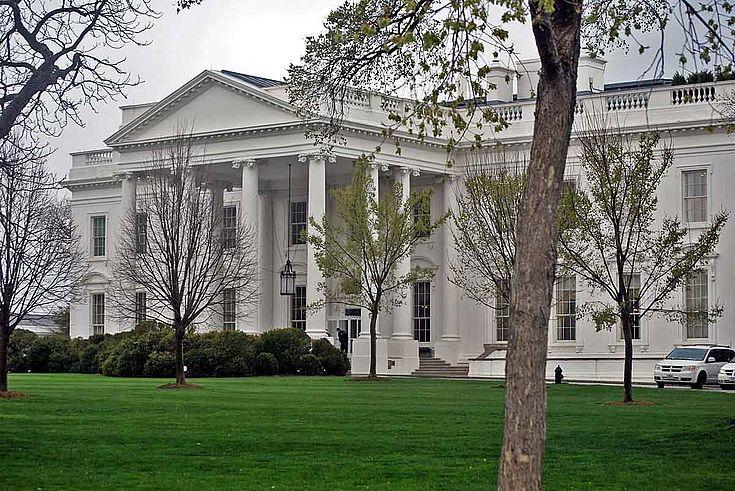 Das weiße Haus in Washington. Alter Kolonialbau mit säulenumgebenem Vorbau. Klein.