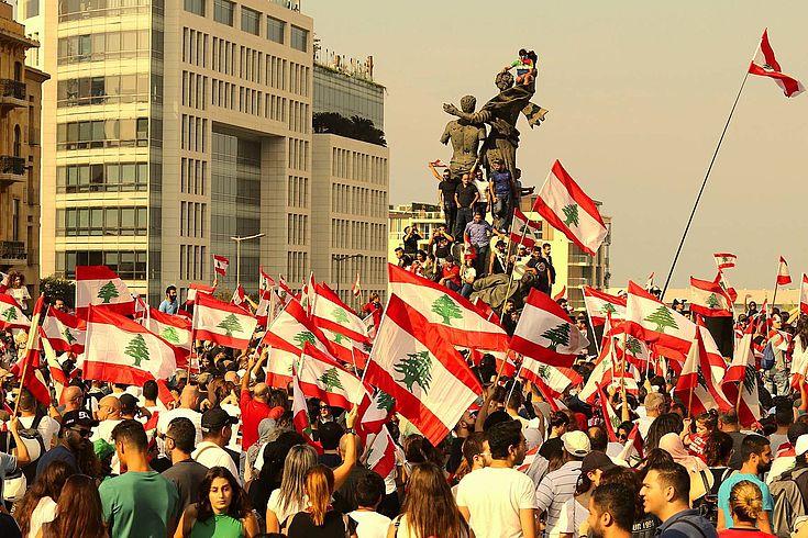 Demonstranten mit der libanesischen Flagge in Beirut