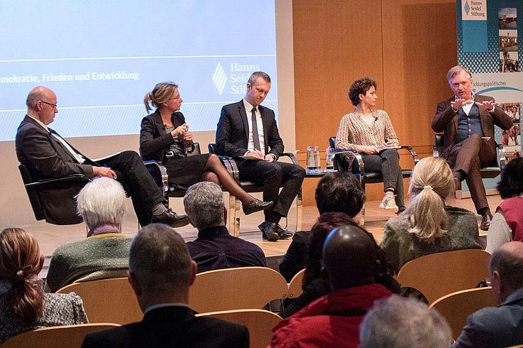 Eine kontroverse Podiumsdiskussion erörterte Wege zur Lösung der Konflikte