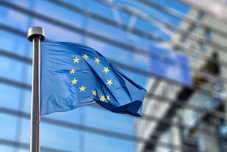 Die EU-Flagge mit den Sternen weht vor dem Parlamentsgebäude