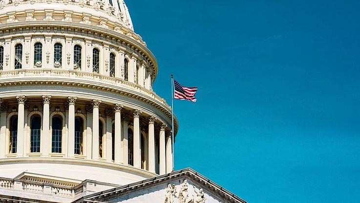 Die Kuppel des Kapitols in Washington vor wolkenlosem Himmel