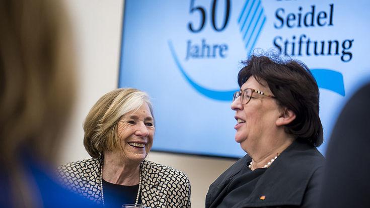 Vorsitzende der Hanns-Seidel-Stiftung Ursula Männle mit Barbara Lanzinger, MdB