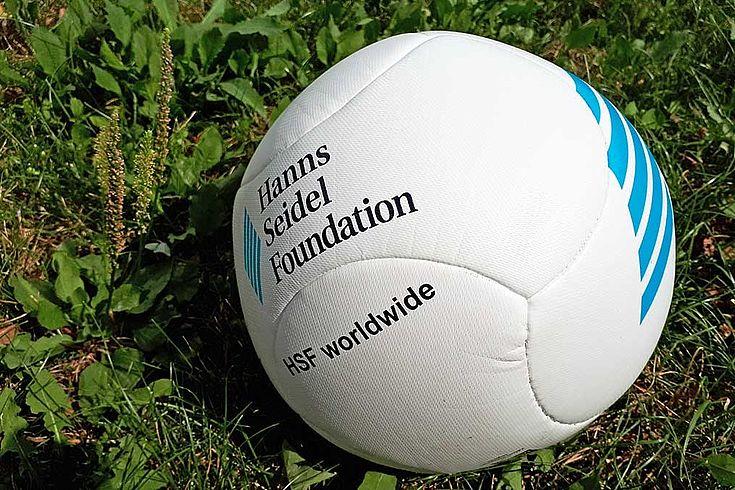 Ein Fußball mit dem Aufdruck: Hanns-Seidel-Stiftung