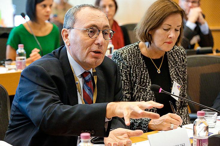 Stefano Manservisi sitzt an einem Konferenztisch und erläutert, dass nur demokratische Staaten die Ziele für eine nachhaltige Entwicklung können
