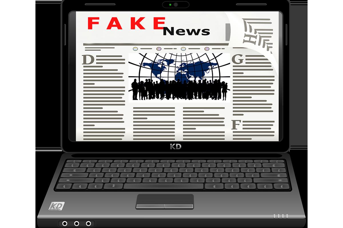 """Ein Bildschirm auf dem """"Fake News"""" steht."""