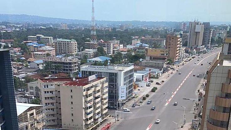 Sonst ist der Boulevard 30 Juin im Stadtzentrum von Kinshasa ständig verstopft. Nun ist diese Hauptverkehrsader fast völlig leer aufgrund der Ausgangssperre