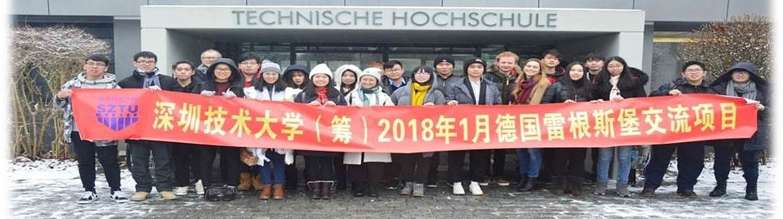 Eine Gruppe junger Chinesischer Studenten vor der Technischen Hochschule mit einem Banner mit Chinesischem Schriftzug darauf.