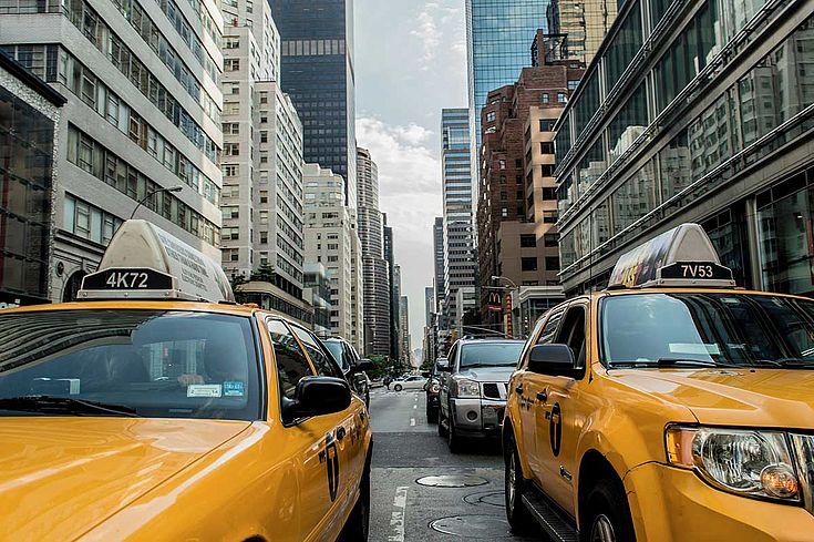 Taxis in der New Yorker Innenstadt. Stadtleben und Alltag der Großstadt.