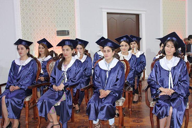 In Berg-Badachschan werden die Diplome an die Absolventinnen feierlich übergeben. Zu dieser Zeit war Tadschikistan offiziell noch frei von Corona. Trotzdem hat das HSS-Büro in Duschanbe bei Projektmaßnahmen umfassende Sicherheitsvorkehrungen gegen COVID-19 getroffen.