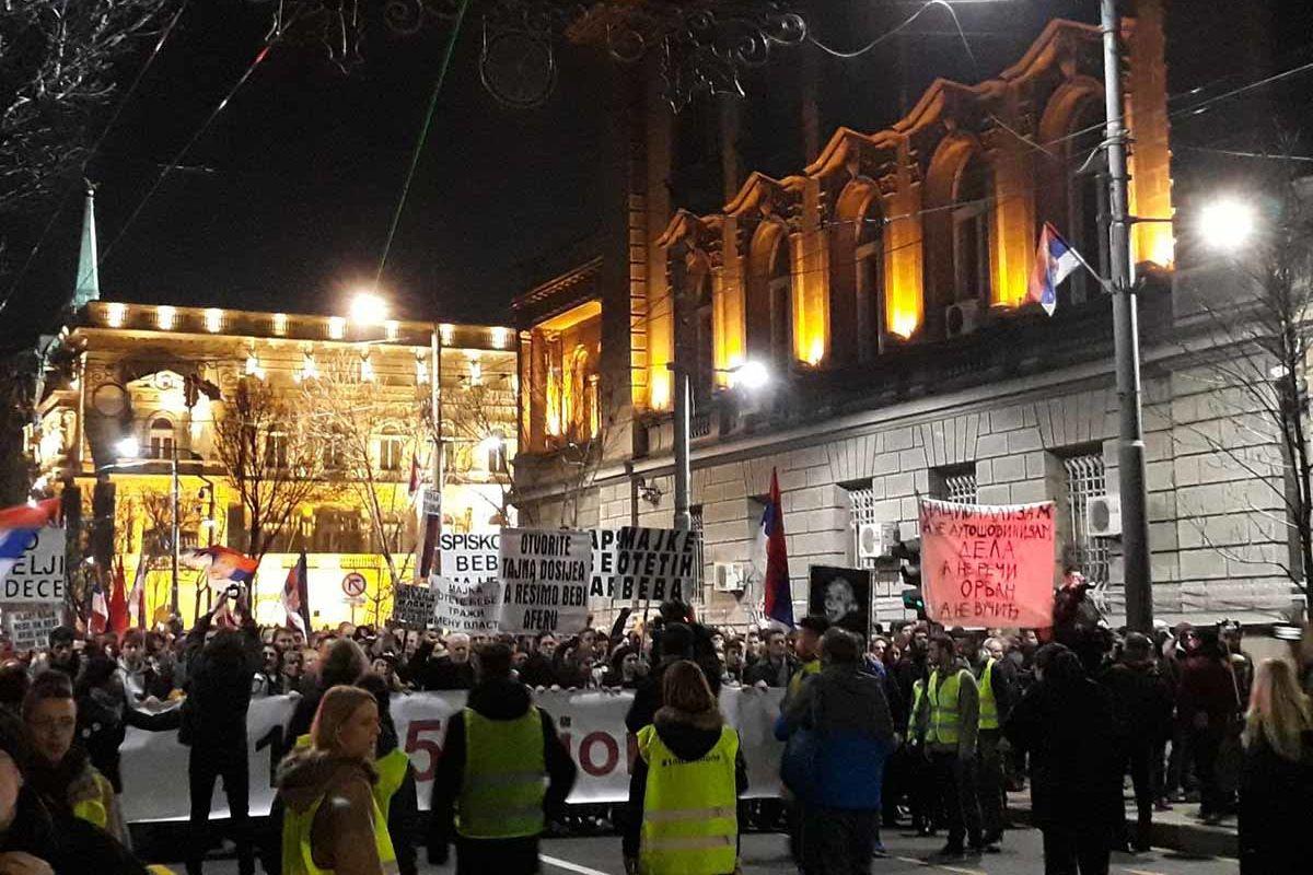 Demonstration vor alten, offiziell aussehenden Gebäuden. Wohl das Parlament.