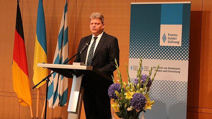 """Daniel Seiberling, Leiter der HSS-Projekte in der Ukraine, stellt die Gewinner des Projekts """"Meine Ukraine - Schmerz und Hoffnung"""" in München vor."""