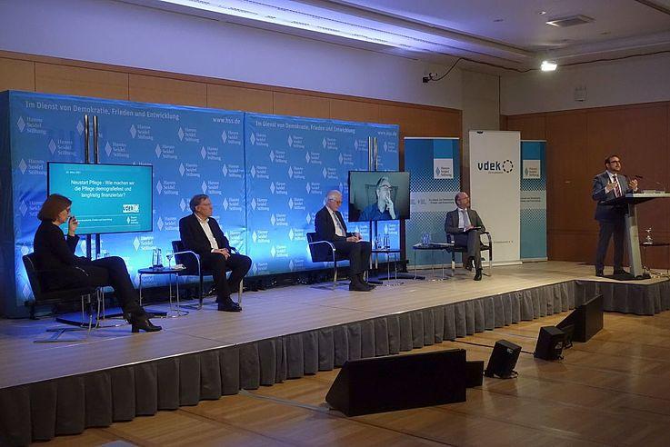 Auf dem Podium diskutierten (v.l.n.r.): Katja Molitor, Dr. Ralf Langejürgen, Michael Bammessel, Prof. Dr. Heinz Rothgang (zugeschaltet), Nikolaus Nützel (Moderator), Staatsminister Klaus Holetschek, MdL.
