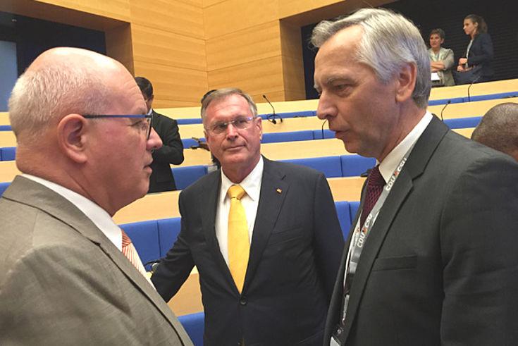 Am Rande der Konferenz diskutierte Johannes Singhammer mit Volker Kauder und Ján Figel.