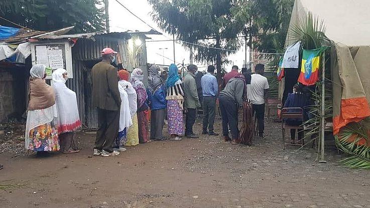 Vor einem Wahllokal in Addis Abeba warten Wähler darauf, ihre Stimme abzugeben. Noch dauert die Auszählung der Stimmen in Äthiopien an, doch voraussichtlich darf der amtierende Präsident Abiy Ahmed damit rechnen, in seinem Amt bestätigt zu werden.