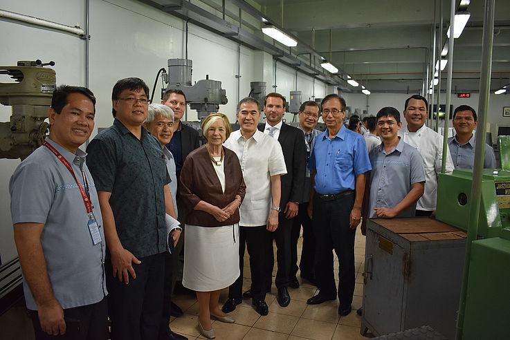 Gruppenbild in Fabrikhalle