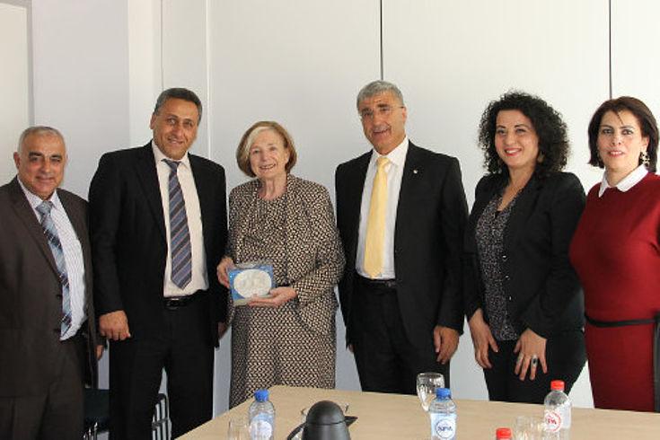 Gruppenfoto der Delegationsteilnehmer von der Arab American University Jenin mit Ursula Männle in der Mitte