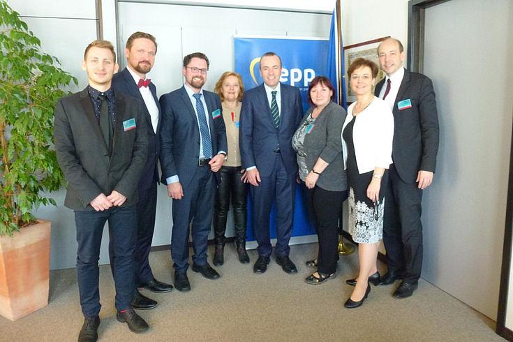 Manfred Weber (Mitte) möchte die EU für junge Europäer auch emotional erlebbar machen. Sein Vorschlag: zum 18. Geburtstag ein Zugticket quer durch Europa.