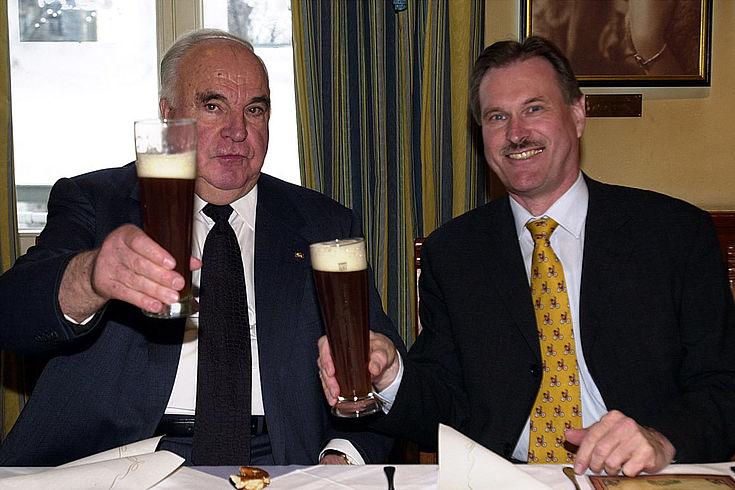 Singhammer und Helmut Kohl stoßen mit Weißbier an.