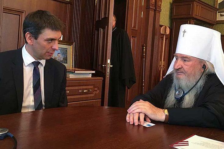 Jan Dresel, Vertreter der HSS in Moskau, diskutiert mit Theothan, Metropolit von Kasan und Tatarstan über religiöse Fragen