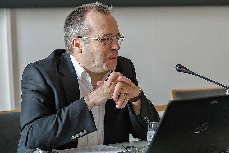 Prof. Dr. Dr. Hans-Joachim Sander stellte die These zur Diskussion, dass Religion nicht in eine Demokratie einzubinden sei.