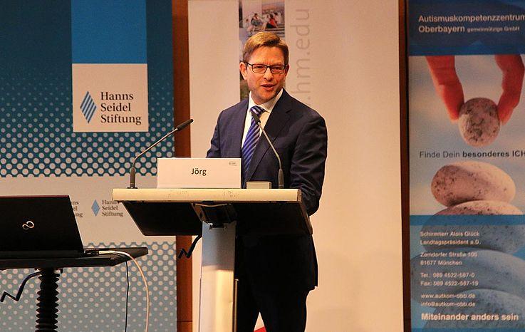 Oliver Jörg, Generalsekretär der Hanns-Seidel-Stiftung begrüßt die über 300 Gäste im Münchner Konferenzzentrum