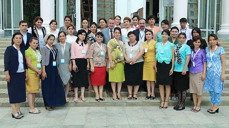 Diese Frauen beginnen einen neuen Lehrgang am nationalen Institut für öffentliche Verwaltung unter dem Präsidenten der Republik Tadschikistan