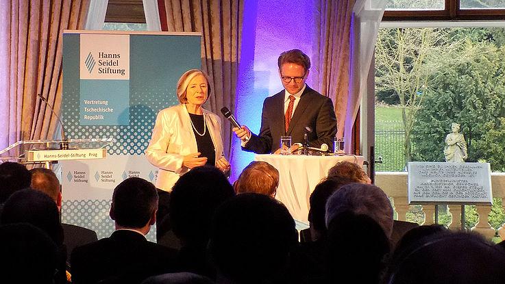 Ursula Männle diskutiert mit Rainer Karlitschek die bayerisch-tschechische Beziehung