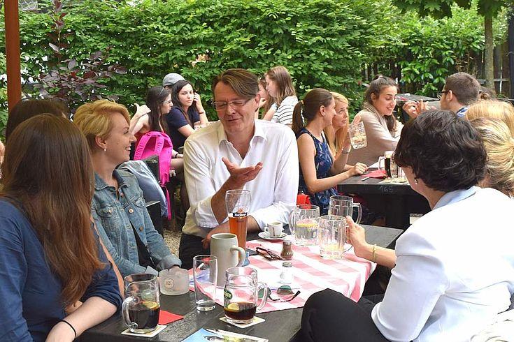 Diskussion im Biergarten mit MdB Michael Frieser