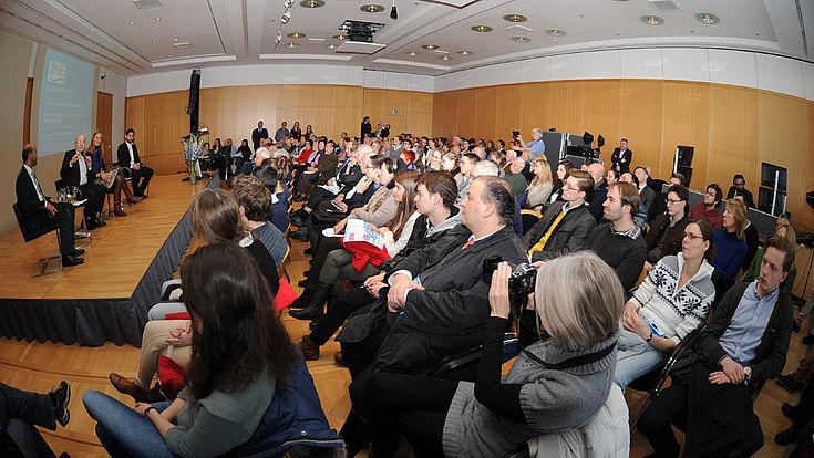 """Sitzplätze beim """"Dialog der Generationen"""" mit Bundesfinanzminister a.D. Theo Waigel waren heiß begehrt"""