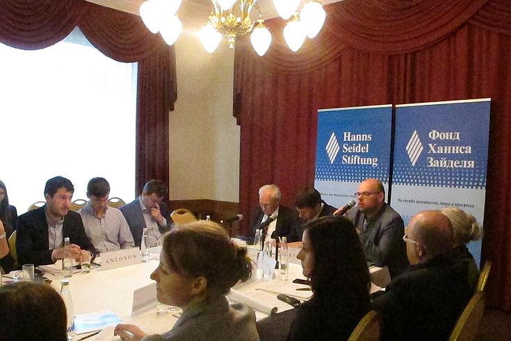 Konferenztisch mit Fotowänden der Hanns-Seidel-Stiftung im Hintergrund