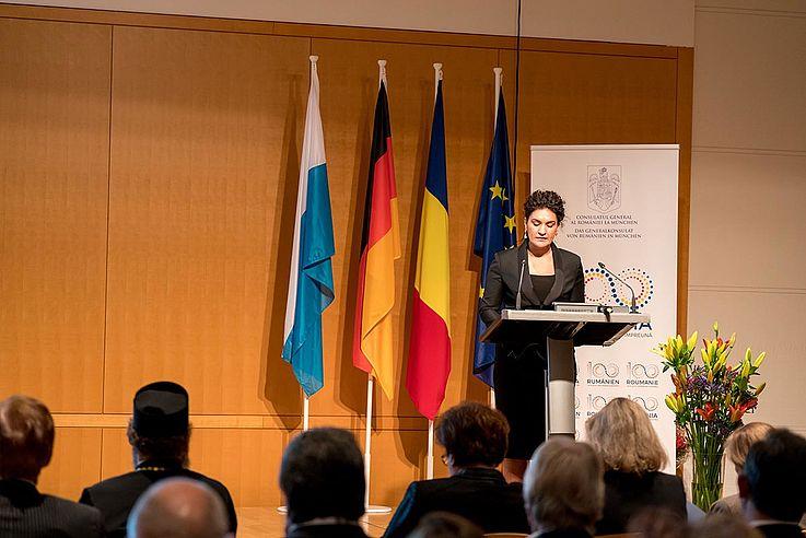 Frau Chiriac am Rednerpult. Dahinter die Flaggen Europas, Deutschlands und Rumäniens