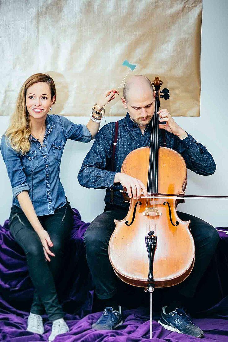 """Preisträgerin Christin Henkel mit ihrer """"Band ohne Haare"""", Juri Kannheise, der sie auf dem Cello begleitet."""