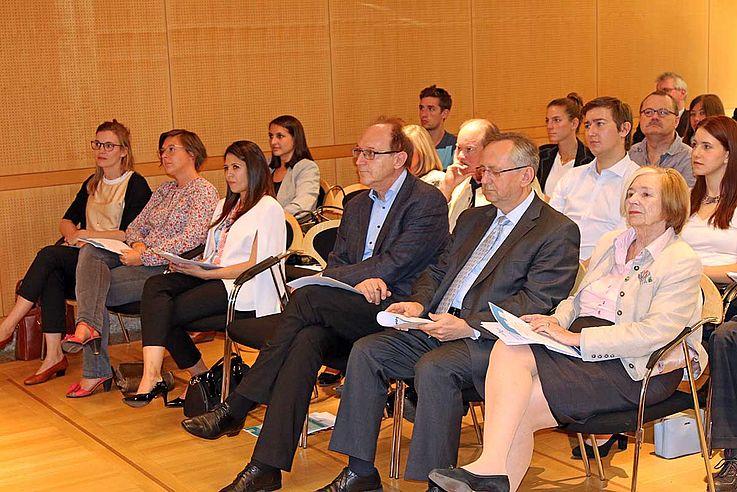 Das Publikum folgt interessiert den Ausführungen Benjamin Bobbes zur Situation in Venezuela.